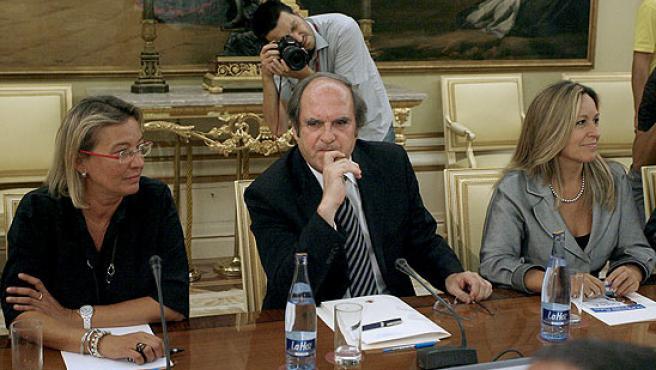 El ministro de Educación, Ángel Gabilondo (en el centro), y la ministra de Sanidad, Trinidad Jiménez (derecha), durante la reunión para analizar las recomendaciones de prevención ante la gripe A.