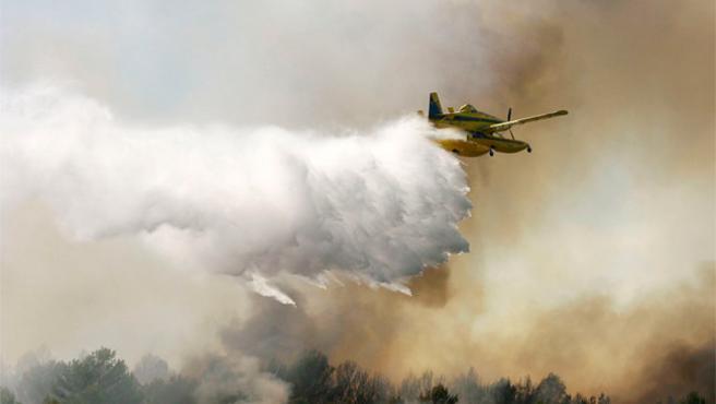 Un hidroavión lucha contra el fuego en Vilafamés, Castellón, este jueves.