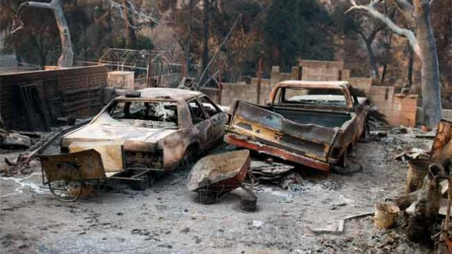 Los restos de dos vehículos en un hogar calcinado en Tujunga, a las afueras de Los Ángeles, California (EE UU).