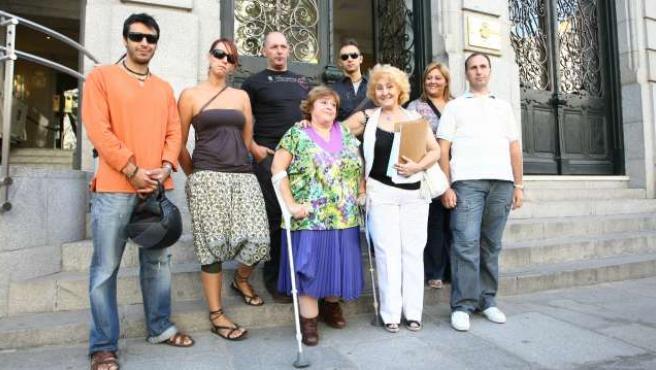 De izq. a dcha., Francisco, Sandra y su hermano Hugo, Carmen con muletas, Ramón, Carmen, y Pedro y su esposa María.