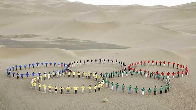 Un grupo de personas forma los anillos olímpicos al noroeste de China.