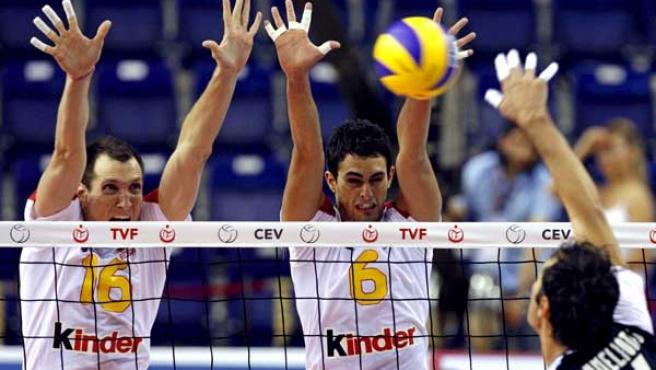Los jugadores de la selección española Julián García Torres (i) y Sergio Noda (c) intentan bloquear el remate de Nikolaos Roumeliotis, de Grecia.