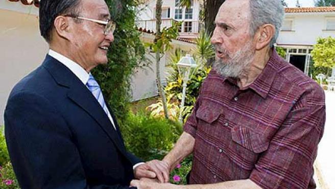 Fidel Castro estrecha la mano del presidente de la Asamblea Nacional de China, Wu Bangguo, en La Habana.