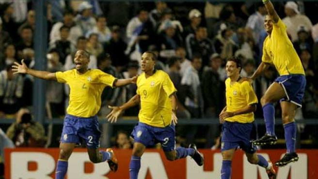 Los jugadores de Brasil celebran su gol ante Argentina