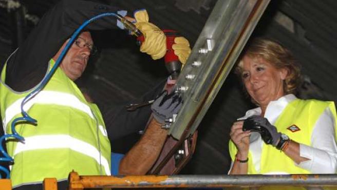 Alberto Ruiz-Gallardón y Esperanza Aguirre, durante la colocación del último tramo de la nueva catenaria de la línea 6 .