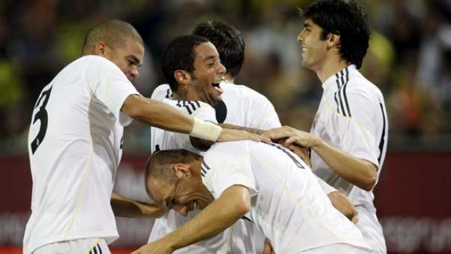 Los jugadores del Madrid se abrazan en Alemania