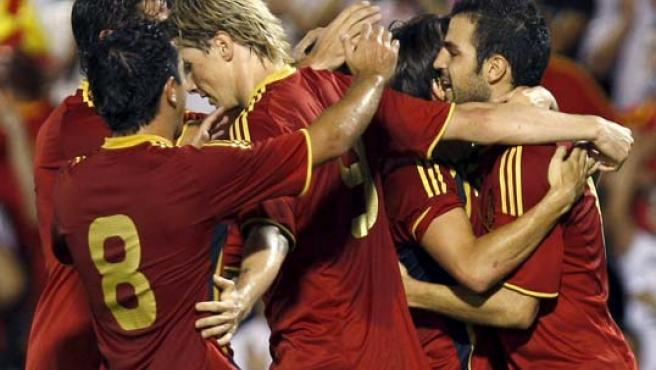 El centrocampista de la selección española de fútbol, Cesc Fábregas (d), celebra con sus compañeros el primer gol marcado ante Estonia.