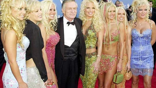 Hugh Hefner, rodeado de 'conejitas'.