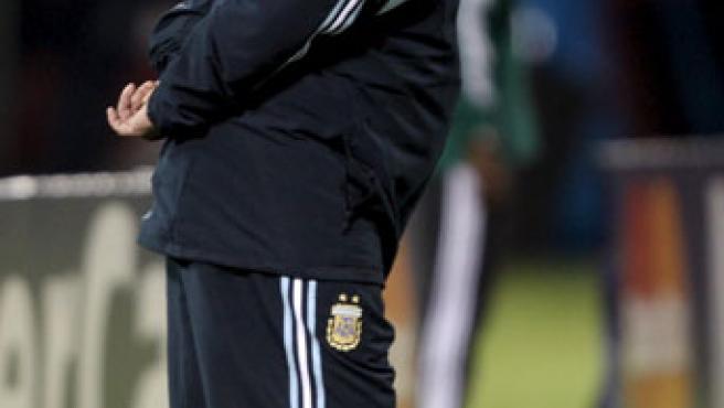 El director técnico de Argentina, Diego Armando Maradona, pensativo tras la derrota ante Paraguay.