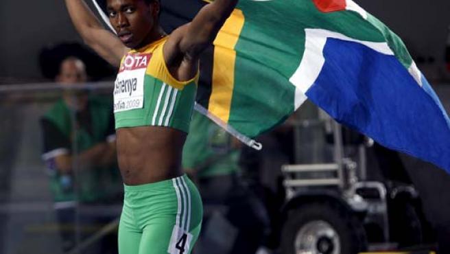 La atleta sudafricana Caster Semenya celebra con una bandera de su país