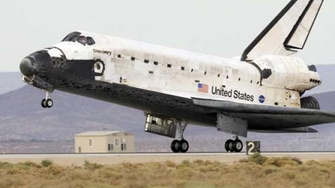 El transbordador espacial Discovery aterrizando en California este sábado.