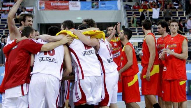 Los jugadores de la selección española se retiran tras su derrota, ante los jugadores de la selección de Turquía.