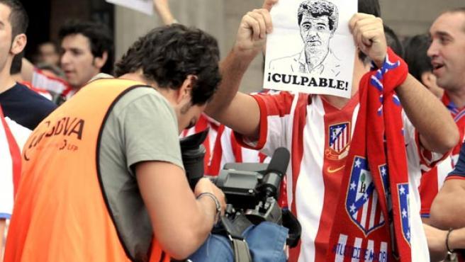 Un millar de personas, aproximadamente, se manifestó hoy en los alrededores del estadio Vicente Calderón en contra de Enrique Cerezo y Miguel Ángel Gil. (Kiko Huesca / EFE)