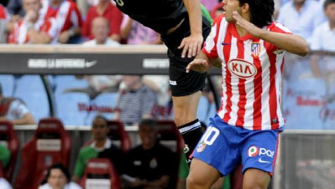 Adriano y Agüero, en el Vicente Calderón. (Kiko Huesca / EFE)