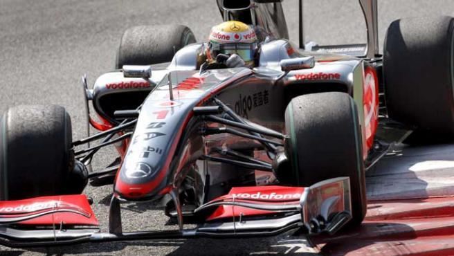 El piloto británico Lewis Hamilton, de McLaren Mercedes, lideró casi toda la carrrea. Al final, terminó contra el muro y sin puntos.