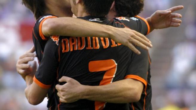 Silva, Villa y Mata se abrazan en Zorrilla. (F. O. / REUTERS)