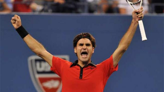 Roger Federer celebra su victoria ante el serbio Novak Djokovic en la semifinal del US Open.