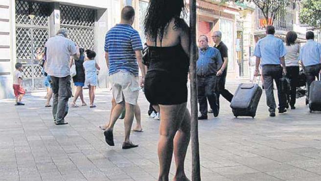 Una prostituta en la calle Montera de Madrid.