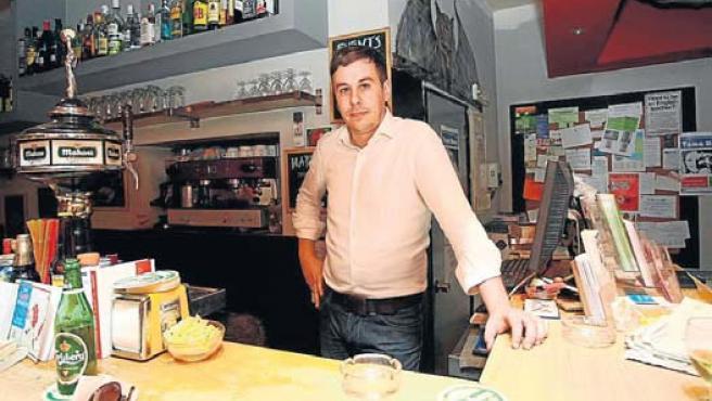 """Miguel López trabaja en una oficina y en un bar: """"Prefiero sacrificar mi tiempo libre a compartir piso para pagar el alquiler""""."""