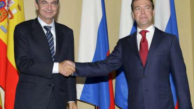 El presidente del Gobierno, José Luis Rodríguez Zapatero, junto al presidente ruso, Dmitri Medvedsev, al inicio del encuentro.