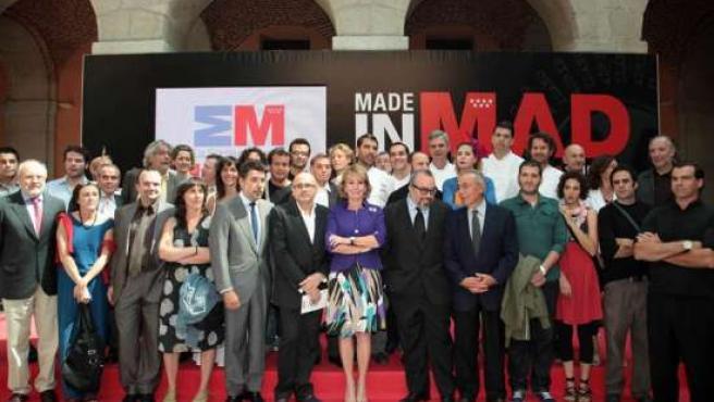 Esperanza Aguirre posa junto a algunos de los participantes en 'Made in Mad'.