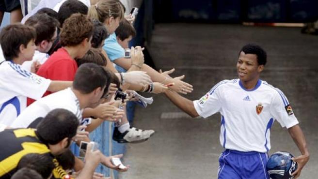 El delantero nigeriano Ikechukwu Uche, procedente del Getafe, saluda al público durante su presentación como nuevo jugador del Real Zaragoza.