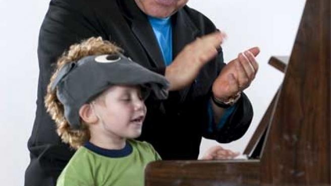 Elton John aplaude a un niño en un orfanato de Makeevka (Ucrania).