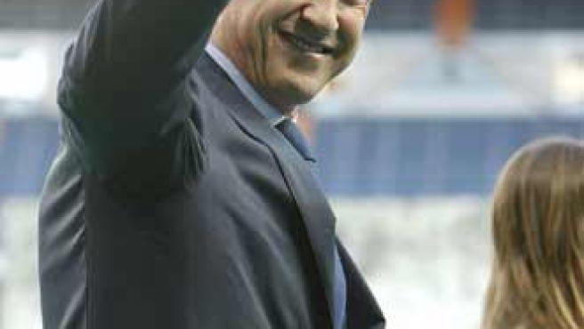 Jorge Valdano saluda al público en el Santiago Bernabéu.
