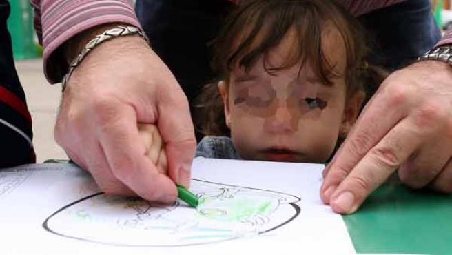 Muchos padres deciden educar ellos mismos a sus hijos en casa.