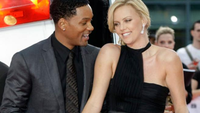 Charlize Theron y Will Smith durante la promoción de 'Hancock'.