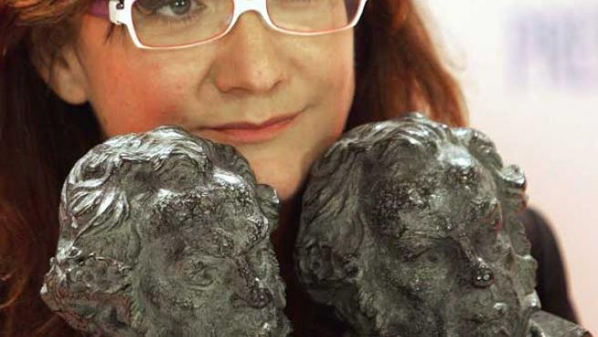 Isabel Coixet con sus dos Goyas en 2006 por 'La Vida secreta de las palabras'.