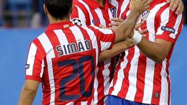 Raúl García (c) y Simao (i) felicitan a Forlán en el primer tanto del Atlético.