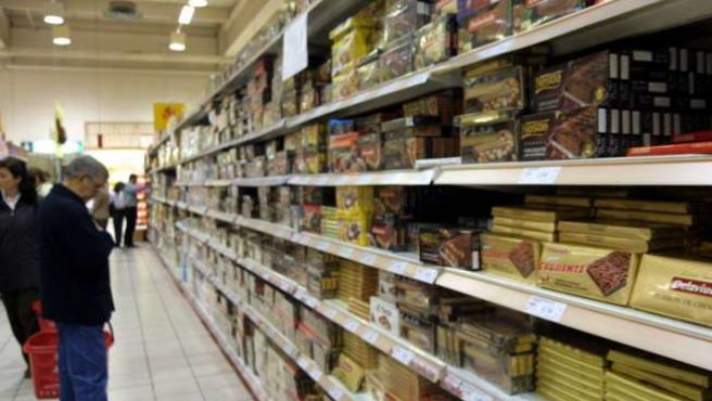 Un cliente estudia los precios en un supermercado.
