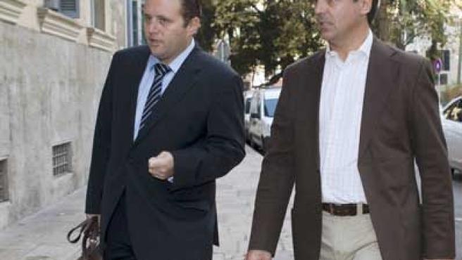 El ex teniente alcalde del PP en el ayuntamiento de Palma, Rodrigo de Santos (d), junto a su abogado, a su llegada al Tribunal Superior de Justicia.