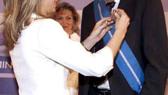 Imagen de archivo del día en el que Jesús Neira recibía de manos de la ministra Bibiana Aído la Gran Cruz del Mérito Civil.
