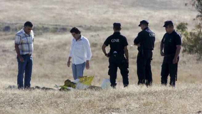 Agentes de la Guardia Nacional Republicana portuguesa inspeccionan el lugar del accidente de avioneta en el que han muerto un español y dos holandeses.