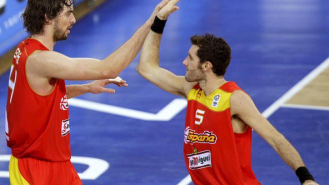 El pívot de la selección española de baloncesto, Pau Gasol (i) celebra con su compañero Rudy Fernández la consecución de una jugada.