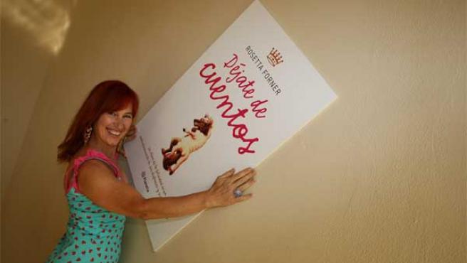 Rosetta Forner posa junto a un cartel promocional de su último libro.