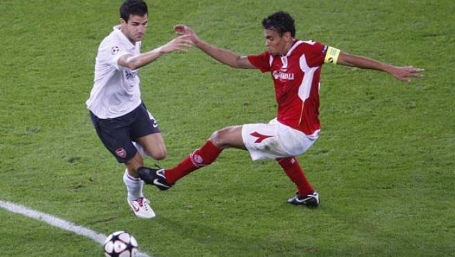 El capitán del Arsenal Cesc Fabregas (i) lucha un balón con el jugador del Standard Igor De Camargo.