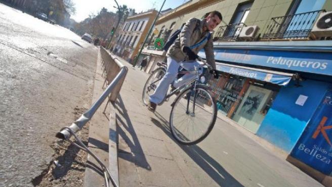 Un ciclista pasa por el carril bici, en una imagen de archivo.