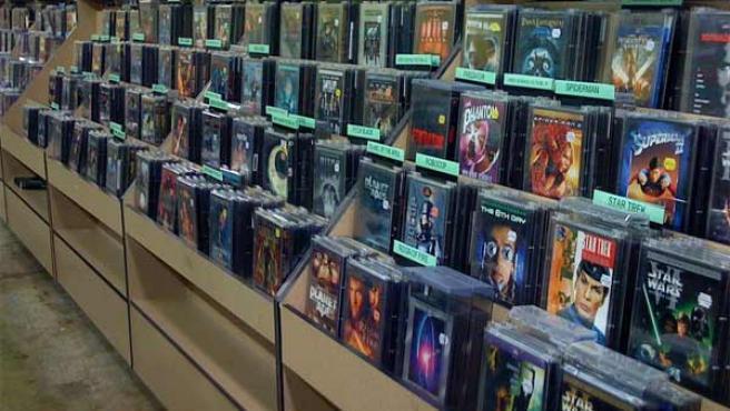 Discos compactos y DVDs expuestos en una tienda.