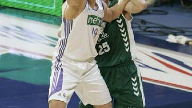 Lazaros Papadopoulos, del Real Madrid, lucha por coger la posición a Daniel Santiago, pívot de Unicaja Málaga.