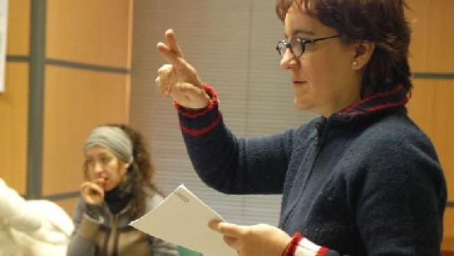 Una intérprete forma en lengua de signos. ARCHIVO