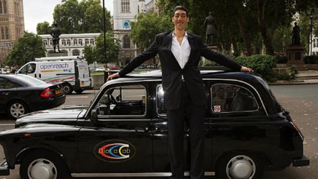 Sultan Kosen, en Londres (Reino Unido), donde fue nombrado el hombre más alto del mundo.