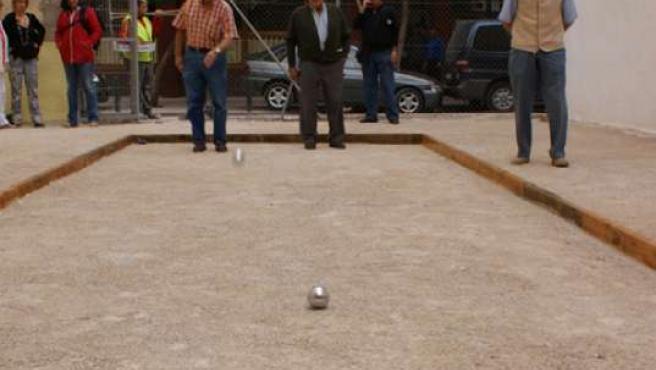 Varios vecinos jugando a la petanca en la calle San Blas.