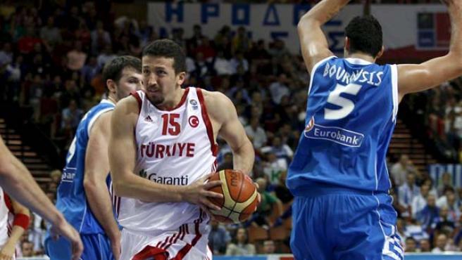 Hidayet Turkoglu, alero de la selección de Turquía defendido por Bourousis, de Grecia.