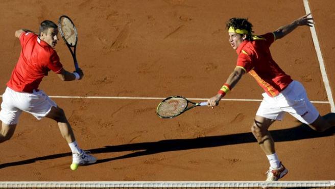 Robredo y Feliciano, en una imagen de archivo en un partido de dobles. (REUTERS)
