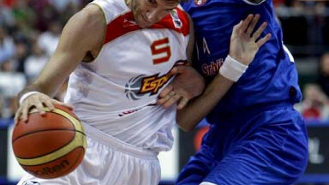 El escolta de la seleccion Española de baloncesto, Rudy Fernández (izda), pelea por el control del balón con el pívot serbio Nenad Krstic.