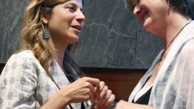 La ministra de Igualdad, Bibiana Aído, conversa con Eva Gabrielsson durante la entrega del premio en reconocimiento a la labor de Larsson.