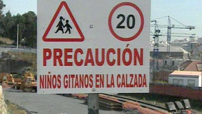 """Varios vecinos de As Rañas (A Coruña) han instalado la señal que aparece en la imagen, con el lema """"Precaución, niños gitanos en la calzada""""."""